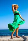 härliga leka windkvinnor fotografering för bildbyråer