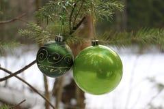 Härliga leksaker för det Cristmas trädet i skogen Arkivfoton