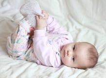 Härliga lilla behandla som ett barn flickan som ligger på Royaltyfri Foto