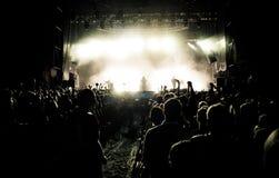 Härliga ljus av en levande konsert för öppen luft under en festivalhändelse arkivfoton