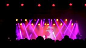 Härliga ljus på etappen på en konserthall för levande musik arkivfilmer