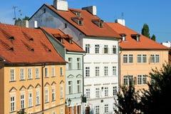 härliga ljusa färgrika tjeckiska hus Arkivbilder
