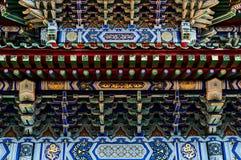 Härliga ljusa orientaliska antika prydnader av trä Royaltyfri Fotografi