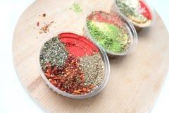 Härliga ljusa orientaliska kryddor i tre krus Royaltyfri Fotografi