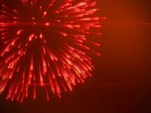 Härliga ljust röda fyrverkerier med partiklar Arkivfoto
