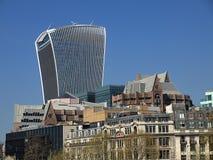 Härliga London som ses under en stad, turnerar längs Thames River och berömd arkitektur arkivbild