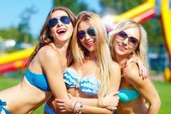 Härliga lyckliga flickor på sommarpartiet Arkivfoto
