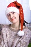 Härliga lyckliga le bärande jultomten för kvinnastående hatt Arkivbilder