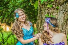 Härliga lyckliga le systrar kopplar samman Royaltyfria Bilder