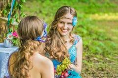 Härliga lyckliga le systrar kopplar samman Royaltyfri Fotografi