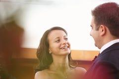 Härliga lyckliga par i natur Royaltyfri Fotografi