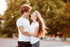 Härliga lyckliga par i staden fotografering för bildbyråer