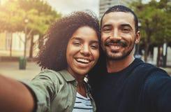 Härliga lyckliga par som tar selfiesjälvporträttet royaltyfri foto