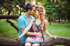 Härliga lyckliga par tillsammans Royaltyfria Bilder