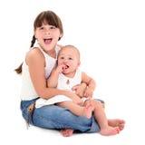 härliga lyckliga systrar arkivfoto