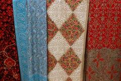 Härliga mångfärgade handgjorda pashminasjalar, dekorerat med utsmyckade modeller och skinande ädelstenar arkivbild