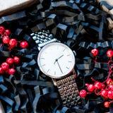 Härliga manliga gåvor, klockor i härliga förpacka/hantverkgåvor för honom och ljus fyllning, gåva tar tid på Royaltyfri Foto