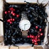 Härliga manliga gåvor, klockor i härliga förpacka/hantverkgåvor för honom och ljus fyllning, gåva tar tid på Royaltyfria Foton