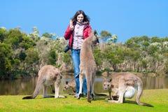 Härliga matande kängurur för ung kvinna royaltyfria bilder