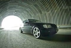 Härliga Mercedes på vägen i en tunnel Arkivbild