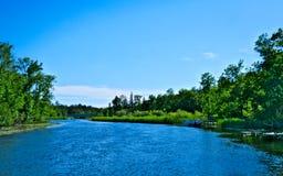 Härliga Mississippi River flödar north i Bemidji Minnesota royaltyfri foto