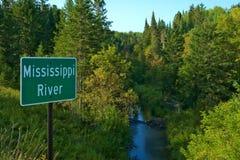 Härliga Mississippi River som north flödar nära den Itasca delstatsparken i Minnesota arkivfoto