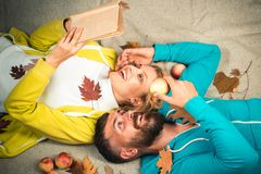 Härliga mjuka par annonserar din produkt och tjänst Bärande sweater för romantiska par på höstsidor royaltyfri foto