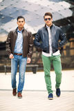 Härliga modeller för män utomhus Fotografering för Bildbyråer