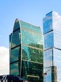 Härliga moderna byggnader av Moskva-fusken för affärsmitt i ljuset av solnedgången Slut-u royaltyfria foton