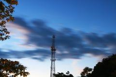 Härliga moln i aftonhimlen arkivfoto