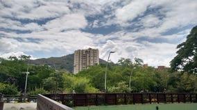 Härliga moln i staden royaltyfria bilder