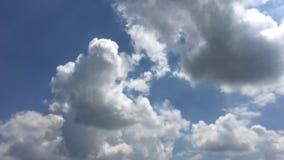 Härliga moln med bakgrund för blå himmel Naturväder, fördunklar blå himmel och solen lager videofilmer
