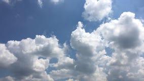 Härliga moln med bakgrund för blå himmel Naturväder, fördunklar blå himmel och solen arkivfilmer