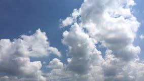 Härliga moln med bakgrund för blå himmel Naturväder, fördunklar blå himmel och solen stock video