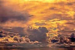 Härliga moln med en orange aftonsolnedgång Royaltyfri Foto