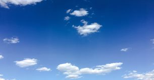 Härliga moln mot en bakgrund för blå himmel Molnhimmel Blå himmel med molnigt väder, naturmoln Vita moln, blå himmel och royaltyfria foton