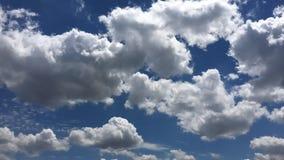Härliga moln mot en bakgrund för blå himmel Molnhimmel Blå himmel med molnigt väder, naturmoln Vita moln, blå himmel och lager videofilmer