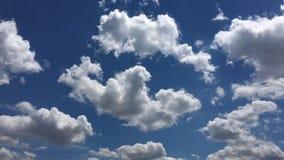 Härliga moln mot en bakgrund för blå himmel Molnhimmel Blå himmel med molnigt väder, naturmoln Vita moln, blå himmel och arkivfilmer