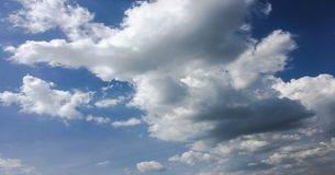Härliga moln mot en bakgrund för blå himmel Molnhimmel Blå himmel med moln rider ut, naturmolnet Vita moln, blå himmel och Royaltyfri Fotografi
