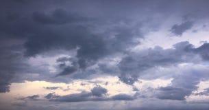 Härliga moln mot en bakgrund för blå himmel Molnhimmel Blå himmel med moln rider ut, naturmolnet Vita moln, blå himmel och Fotografering för Bildbyråer