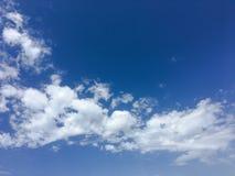 Härliga moln mot en bakgrund för blå himmel Molnhimmel Blå himmel med moln rider ut, naturmolnet Vita moln, blå himmel och Arkivfoto