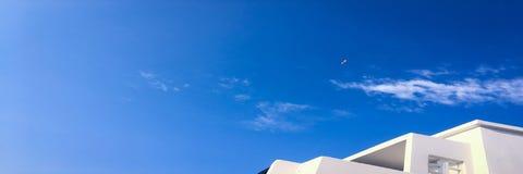 Härliga moln mot en bakgrund för blå himmel Molnhimmel Blå himmel med moln rider ut, naturmolnet Vita moln, blå himmel och Arkivbilder