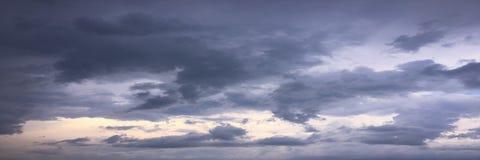 Härliga moln mot en bakgrund för blå himmel Molnhimmel Blå himmel med moln rider ut, naturmolnet Vita moln, blå himmel och Arkivbild