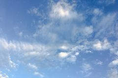 Härliga moln mot en bakgrund för blå himmel Molnhimmel Blå himmel med moln rider ut, naturmolnet Vita moln, blå himmel och Arkivfoton