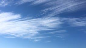 Härliga moln mot en bakgrund för blå himmel Molnhimmel Blå himmel med moln rider ut, naturmolnet Vita moln, blå himmel och lager videofilmer