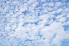 Härliga moln och bulehimmel Arkivfoto