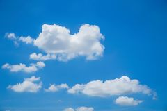 Härliga moln och bulehimmel Arkivbild