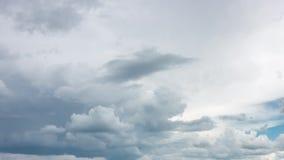 Härliga moln på en blå himmel arkivfilmer