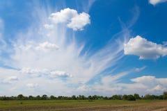 Härliga moln på ett landskap Arkivfoto