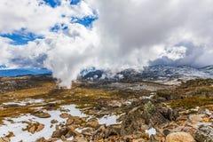 Härliga moln som stiger ned över snöig berg på monteringen Kosciu Royaltyfria Foton